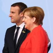 Frankreichs Staatspräsident Emmanuel Macron und Bundeskanzlerin Angela Merkel sprechen in Paris unter anderem über die EU-Verteidigungspolitik. Foto: Christian Charisius