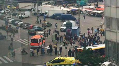 Rettungskräfte auf dem Marktplatz in Turku:Die Polizei hat auf einen Messerangreifer geschossen, der mehrere Menschen angegriffen hatte.