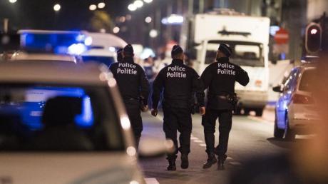 Polizisten patrouillieren in Brüssel in der Straße, in der ein Mann zwei Soldaten mit einem Messer verletzt hatte.
