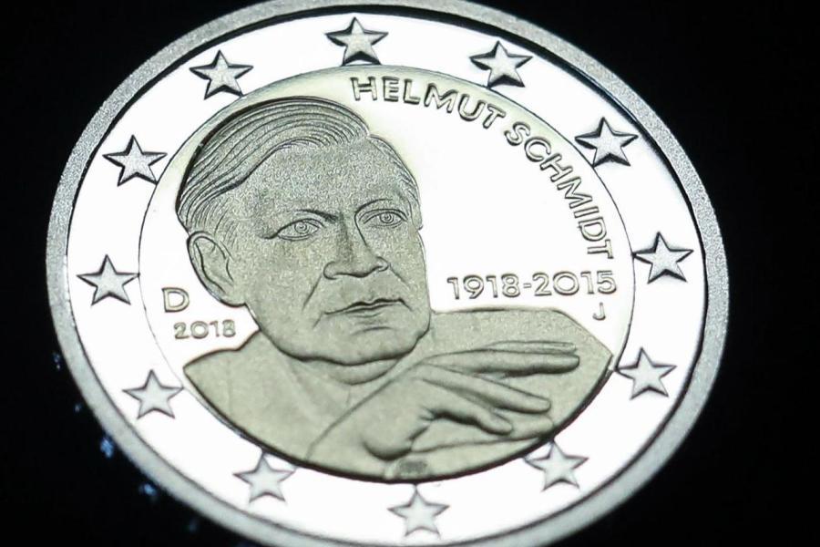 Währung Zwei Euro Münze Helmut Schmidt Kommt In Den Geldbeutel