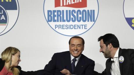 Ex-Ministerpräsident Silvio Berlusconi umgeben von Giorgia Meloni (l), Vorsitzende der rechten Bündnispartei Fratelli d'Italia und Matteo Salvini, Parteivorstand der rechtspopulistischen Lega Nord.