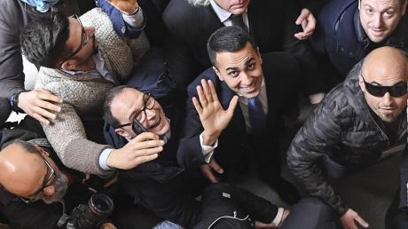 Mittendrin statt nur dabei: Luigi Di Maio winkt in die Kameras. Der Chef der populistischen Fünf-Sterne-Bewegung ist der Sieger der Wahl.