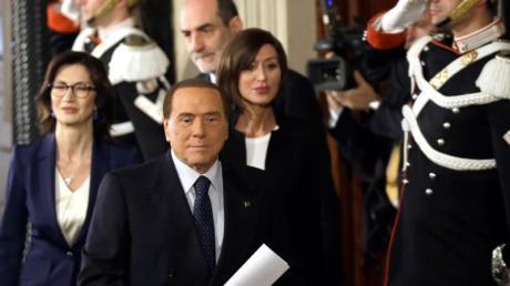 Silvio Berlusconi (M.) steht einer Koalition der rechtspopulistischen Lega und der europakritischen Fünf-Sterne-Bewegung im Weg.