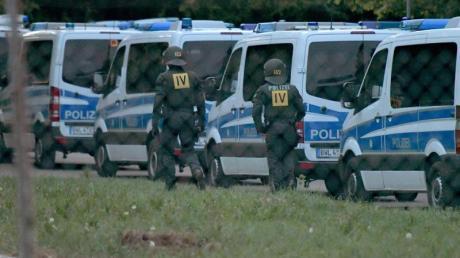 Nachdem es bei der versuchten Abschiebung eines Togolesen zu Ausschreitungen gekommen war, folgte ein Großeinsatz der Polizei.