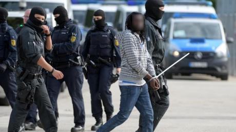 Landeserstaufnahmeeinrichtung für Flüchtlinge in Ellwangen: Bundesinnenminister Seehofer bezeichnete den am Montag erzwungenen Rückzug der Polizei aus der Unterkunft als «Schlag ins Gesicht der rechtstreuen Bevölkerung».