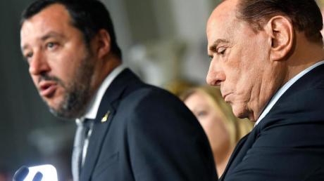 Matteo Salvini, Vorsitzender der Lega-Partei, spricht neben Silvio Berlusconi, Vorsitzender der Partei Forza Italia, bei einer Pressekonferenz am 7. Mai im Quirinalspalast anlässlich eines Treffens mit dem italienischen Präsidenten Mattarella. Foto: Ettore Ferrari/ANSA