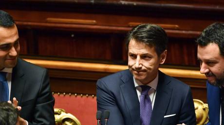 """Italiens neuer Ministerpräsident Giuseppe Conte (Mitte), Populistenchefs Luigi Di Maio (li.), Matteo Salvini (rechts): """"Bin mir meiner Grenzen bewusst."""""""