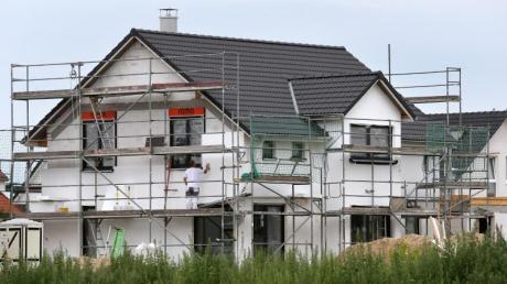 """""""Es ist vernichtend für die Ökobilanz, ein Einfamilienhaus im Grünen zu bauen"""", sagt Dietmar Stephan vom Institut für Bauingenieurwesen der Technischen Universität Berlin."""