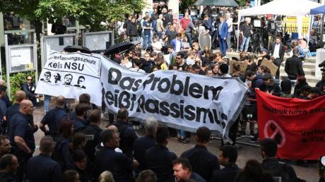 Linke Gruppen protestieren vor dem Oberlandesgericht in München. Hier wurden zuvor die Urteile im NSU-Prozess gesprochen.