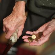 Eine Rentnerin hält ein paar Münzen in der Hand. Die Sorge vor Altersarmut wächst. Foto: Felix Kästle