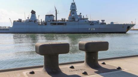 Die Fregatte «Sachsen» kehrt im Mai 2018 zum Marinestützpunkt in Wilhelmshaven zurück. Das Schiff hatte bei der EU-Mission Sophia Schleusernetzwerke aufgeklärt und zentrale Routen im Mittelmeer überwacht. Foto: Mohssen Assanimoghaddam