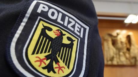 Im Bundesverfassungsgericht ist auf einer Uniform das Abzeichen der Bundespolizei zu sehen. Foto: Uli Deck