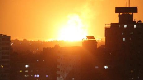 Explosion in Gaza-Stadt nach einem israelischen Luftangriff. Zuvor waren rund 150 Raketen aus dem Gazastreifen in Richtung Israel abgefeuert worden. Foto: Mahmoud Ajour/ZUMA Wire