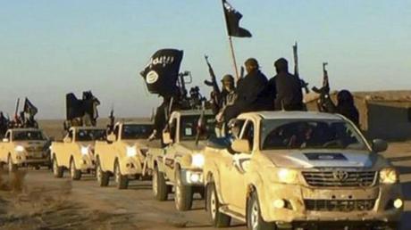 Ein Fahrzeugkonvoi mit Mitgliedern der Terrormiliz Islamischer Staat (IS) bei Al-Rakka in Syrien. Foto: AP/Archiv