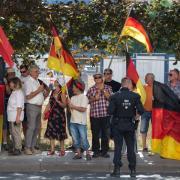 Pegida hatte zu einer Demonstration anlässlich des Besuchs von Bundeskanzlerin Merkel inDresden aufgerufen. Die Kanzlerin wurde unter anderem als «Volksverräterin» beschimpft. Foto: Sebastian Kahnert