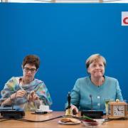 Angela Merkel (r) und Annegret Kramp-Karrenbauer zu Beginn der Sitzung vom CDU-Bundesvorstand im Konrad-Adenauer-Haus. Foto: Bernd von Jutrczenka