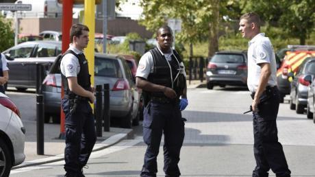 Polizisten sichern den Tatort nach der Messerattacke mit zwei Toten und einem Verletzten.