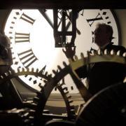 Zeitumstellung in Madrid: Der Uhrenmacher Terradas justiert die Uhr auf dem Puerta del Sol-Platz. Foto; Emilio Naranjo/EFE Foto: Emilio Naranjo