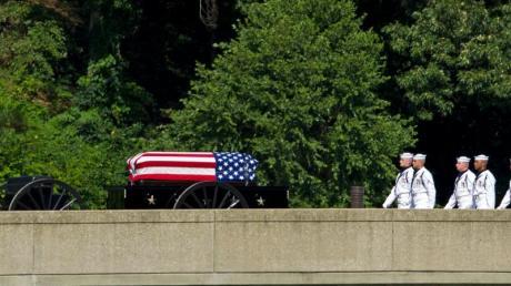 Eine Pferdekutsche transportiert den Sarg von US-Senator McCain anlässlich seiner Beerdigung auf dem Gelände der Marineakademie.