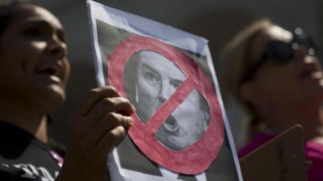 Frauen halten ein Plakat während eines Protests vor der Los Angeles City Hall gegen die Ernennung von Kavanaugh. Foto: Jae C. Hong/AP