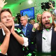 Der Bundesvorsitzende von Bündnis 90/Die Grünen, Robert Habeck und Anton Hofreiter, jubeln im Landtag nach den ersten Wahlergebnissen. Foto: Sven Hoppe