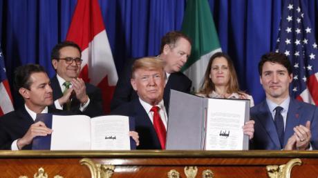 US-Präsident Donald Trump, Kanadas Premierminister Justin Trudeau und der mexikanische Präsident Enrique Pena Nieto (l.) präsentieren das neue Freihandelsabkommen.