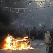 Brennendes Auto bei der Demonstration in Marseille. Foto: Claude Paris/AP