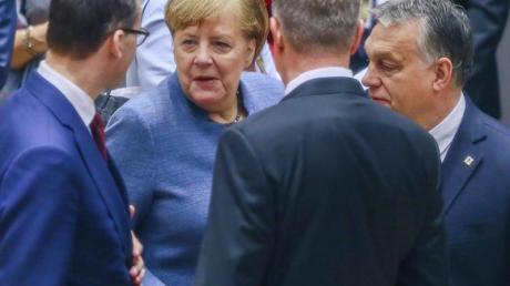 Bundeskanzlerin Angela Merkel im Gespräch mit Ungarns Ministerpräsident Viktor Orban (r-l), dem rumänischen Präsidenten Klaus Johannis und dem polnischen Regierungschef Mateusz Morawiecki. Foto: Stephanie Lecocq/EPA POOL/AP
