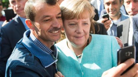 Selfie mit Flüchtling:Dieses Foto von Bundeskanzlerin Merkel ging um die Welt. Foto: Bernd von Jutrczenka