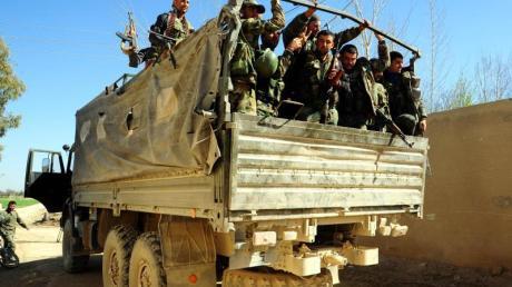 Syrische Soldaten in Ost-Ghuta. Die Entwicklung zeigt, wie sich nach dem angekündigten Truppenabzug der USA die Allianzen in Syrien neu sortieren. Foto: Ammar Safarjalani/Xinhua/Archiv