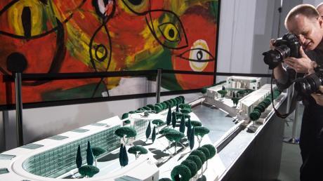 Blick auf das geplante Ensemble mit bogenförmigem Bürogebäude, Hubschrauberlandeplattform sowie Post- und Logistikbereich.