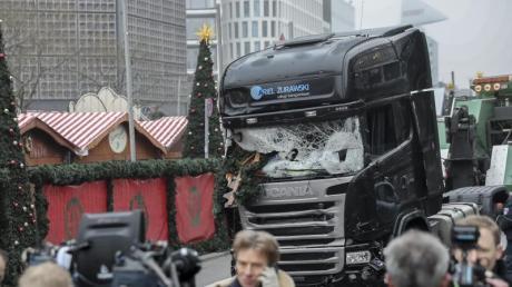 Am Tag danach:Der Lkw, den Anis Amri für seinen Terroranschlag benutzte, steht noch auf dem Berliner Breitscheidplatz.