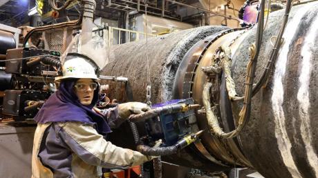 """Arbeiter an Bord des Schiffes """"Audacia"""" verlegen Nord-Stream-Röhren."""
