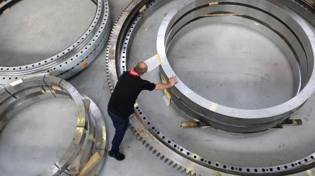 Noch geht es der deutschen Industrie gut (hier ein Blick in die Fabrikation der deutschen Großwälzlager GmbH).