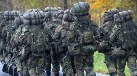 Soldaten in der Grundausbildung: Die Bundesrehierung will den Dienst in der Bundeswehr attraktiver machen. Foto: Stefan Sauer