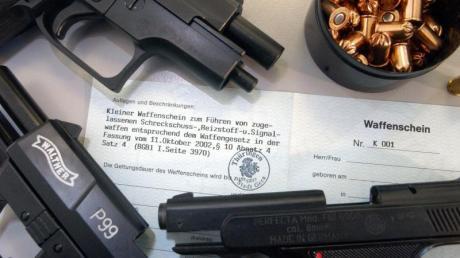 Einen solchen Waffenschein besaß der Angeklagte aus Altenstadt nicht. Dennoch hortete er mehrere Pistolen zu Hause.
