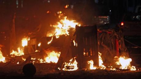 Autos brennen nach einer schweren Explosion in der somalischen Hauptstadt. Foto: Farah Abdi Warsameh