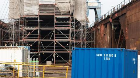Die Gorch Fock unter Planen in der Werft.