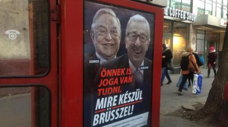 An einer Telefonzelle in Budapest hängt ein Plakat mit den Konterfeis von George Soros und Jean-Claude Juncker mit der Unterschrift «Sie haben ein Recht darauf zu wissen, was Brüssel vorhat».