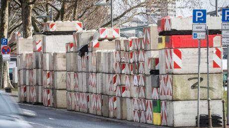 Zahlreiche Betonsperren sollen in der Silvesternacht die Sicherheitszone rund um den Eisernen Steg in Frankfurt am Main abriegeln.