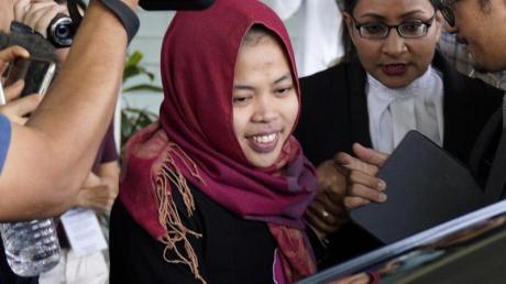 Siti Aisyah lächelt, während sie das Gericht verlässt. Ihr drohte die Todesstrafe. Foto:Yam G-Jun/AP