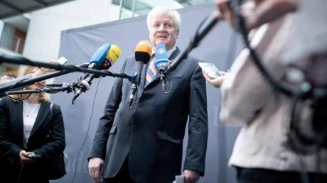 Horst Seehofer spricht zu Beginn der Sitzung des Innenausschusses zu den Medienvertretern. Ein Jahr nach seinem Amtsantritt als Bundesinnenminister will er Bilanz ziehen. Foto: Kay Nietfeld
