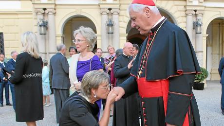 Eine Szene aus dem Herbst 2016: Gloria von Thurn und Taxis kniet vor Gerhard Ludwig Kardinal Müller nieder und küsst seinen Ring.