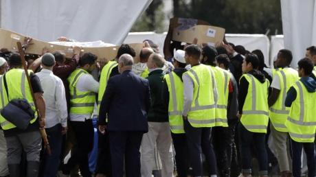 Trauernde tragen die Leichen von zwei Opfern des Attentats von Christchurch. Foto: Mark Baker/AP