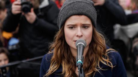 """Klimaschutz-Aktivistin Luisa Neubauer bei einer """"Fridays for Future"""" Demonstration.Nun zieht sie gemeinsam mit anderen Aktivisten und Umweltorganisationen vors Bundesverfassungsgericht."""