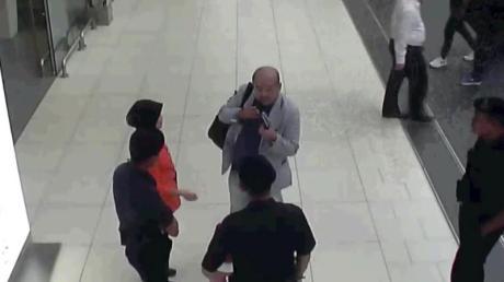 Kurz nach der Gift-Attacke: Eine Überwachungskamera zeigt Kim Jong Nam (graue Jacke)auf dem Flughafen von Kuala Lumpur (Malaysia).