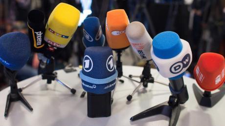 Die Mikrofone sind ausgerichtet, die Presse wartet. Jetzt bloß keine Fehler machen, mag mancher Politiker in dieser Situation denken.