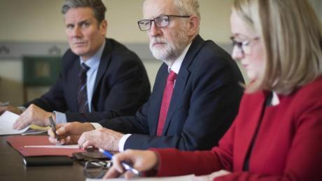 Unter Zeitdruck:Labour-Chef Jeremy Corbyn (M.) bereitet mit den Abgeordneten Kier Stammer (l.) und Rebecca Long Bailey das Treffen mit Premierministerin May vor.