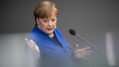 Kanzlerin Angela Merkel spricht im Bundestag. Foto: Michael Kappeler
