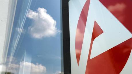 Logo eines Jobcenters. Die Jobcenter sollen zuletzt rund 290 000 Menschen mit einem falschen Status an die BA-Statistik gemeldet - das sind 8,6 Prozent der Leistungsempfänger. Foto: Jens Kalaene
